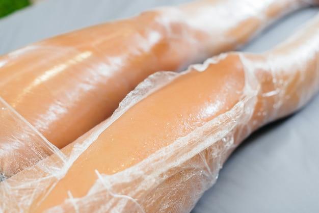 Feuchtigkeit und schweiß nach einer kosmetikverpackung eines jungen mädchens in einem schönheitssalon, hautpflege. wellnessanwendungen im schönheitssalon.