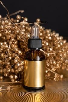 Feuchtigkeitsspendendes serum für trockene haut steht auf goldgelbem hintergrund, pipette. konzept der anti-aging-hautpflege für gesicht, augen. natürliche verjüngung. nahaufnahmefoto