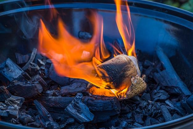 Feuer auf kohlen anzünden