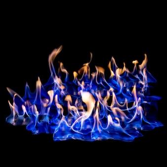 Feuer blau heiß auf schwarz isoliert