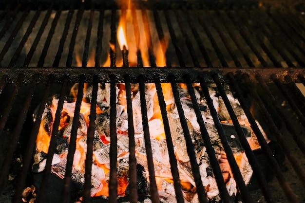 Feuer, das für das grillen auf holzkohle sich vorbereitet