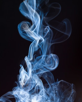Feuer der blauen und weißen rauchzusammenfassung auf schwarzem hintergrund, dunkelheitskonzept