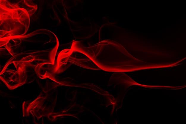 Feuer der roten rauchzusammenfassung auf schwarzem hintergrund, dunkelheitskonzept
