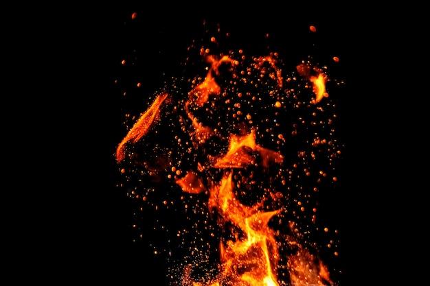Feuer, flammen auf einem schwarzen hintergrundisolat. konzeptfeuergrill-hitzewochenendengrill.