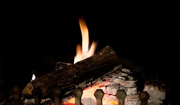Feuer im kamin. nahaufnahme des brennholzes brennend im feuer