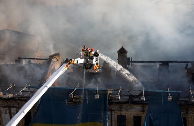 Feuer in einem dreistöckigen haus in kiew