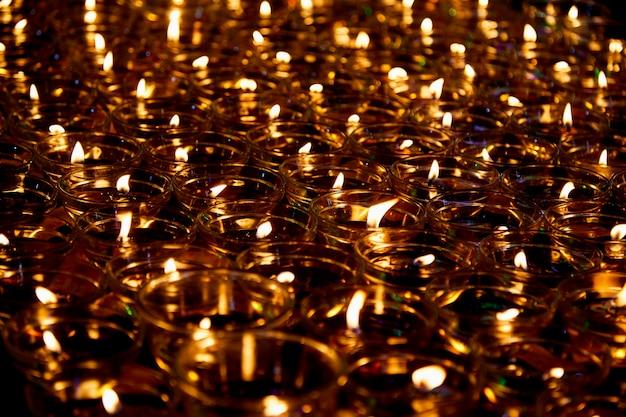 Feuer in gläsern, um buddha zu segnen