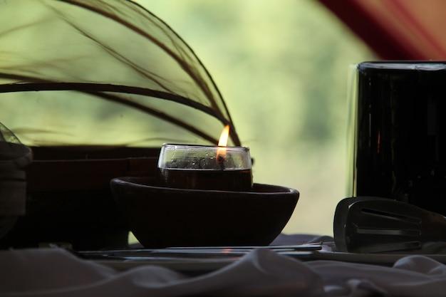 Feuer in kerzen, auf dem tisch
