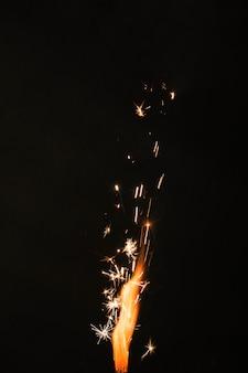 Feuer mit funken auf schwarzem hintergrund