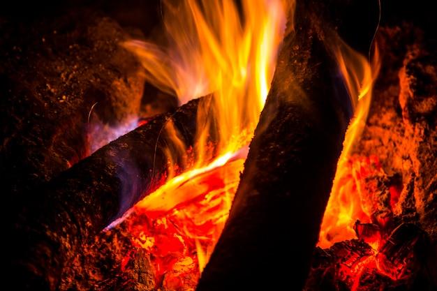 Feuer, um die kalte nacht des masai mara nationalparks zu wärmen, tiere in freiheit in der savanne. kenia