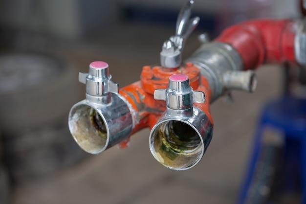 Feuer-wasser-schlauchverbinder bereit, im freien zu verwenden