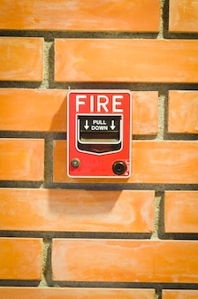 Feueralarmschalter für das sicherheitssystem im gebäude.