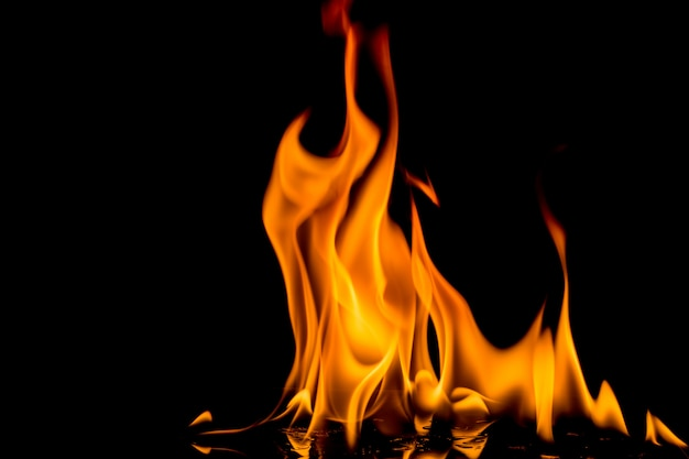 Feuerflamme auf schwarzem hintergrund. strukturierter hintergrund der flammenfeuerflamme.