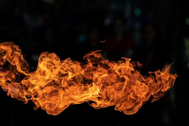Feuerflammen auf schwarzem hintergrund.