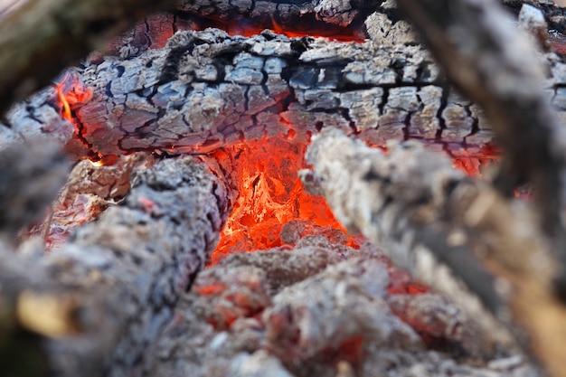 Feuerflammen eines lagerfeuers im kamin. kohlen aus nächster nähe.