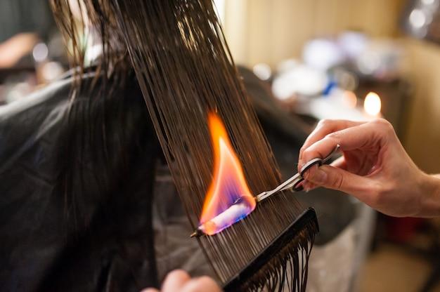 Feuerhaarbehandlung im schönheitssalon