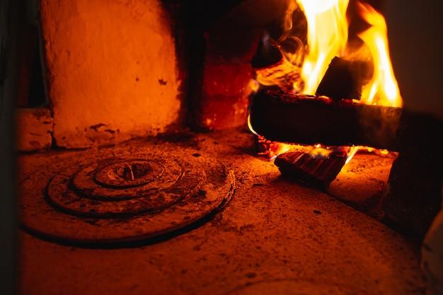 Feuerherd des russischen ofens im traditionellen dorfhaus.