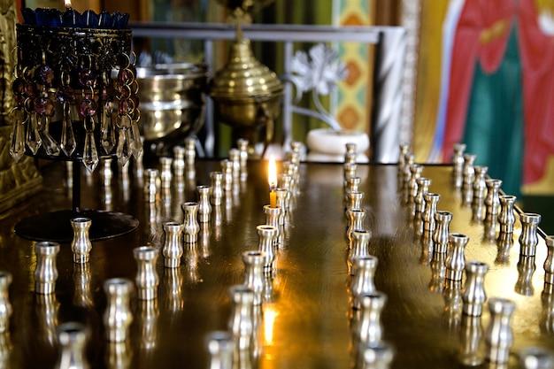 Feuerkerzen in der orthodoxen kirche anzünden