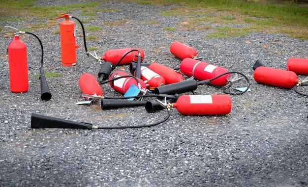 Feuerlöscher auf dem boden. nach dem abbrennen in brand