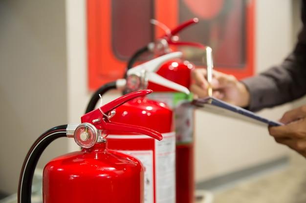 Feuerlöscher, ingenieure überprüfen feuerlöscher.