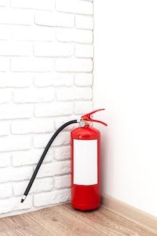 Feuerlöscher nahe der weißen wand, gebrauchsfertig