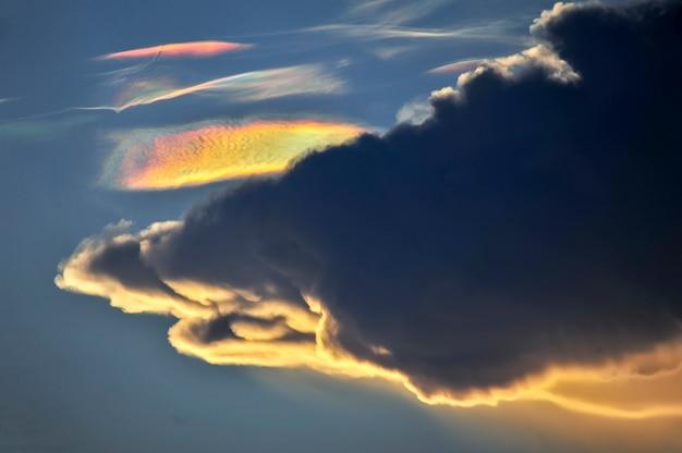 Feuerregenbogenwolkenphänomen ist ein natürliches phänomen, das irisieren oder irisieren genannt wird
