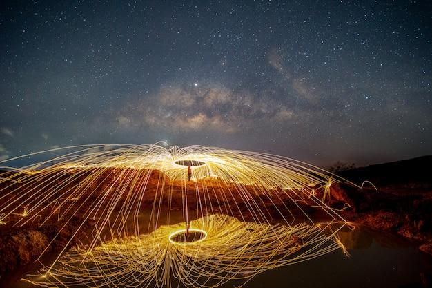 Feuerspielen vor sonnenaufgang