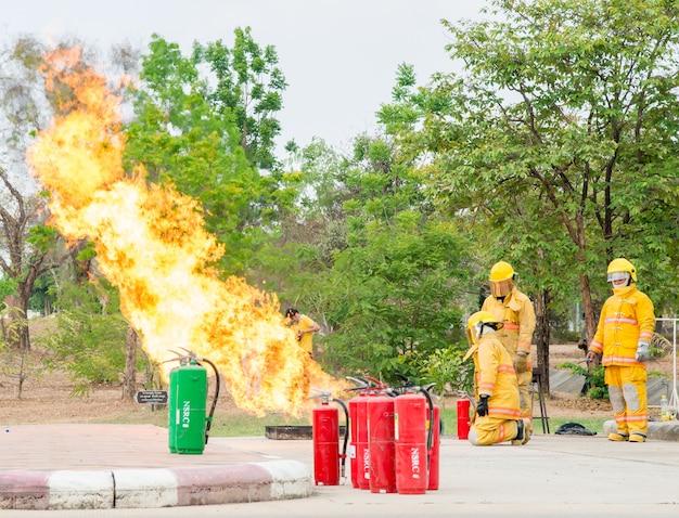 Feuertraining auf dem parkplatz.