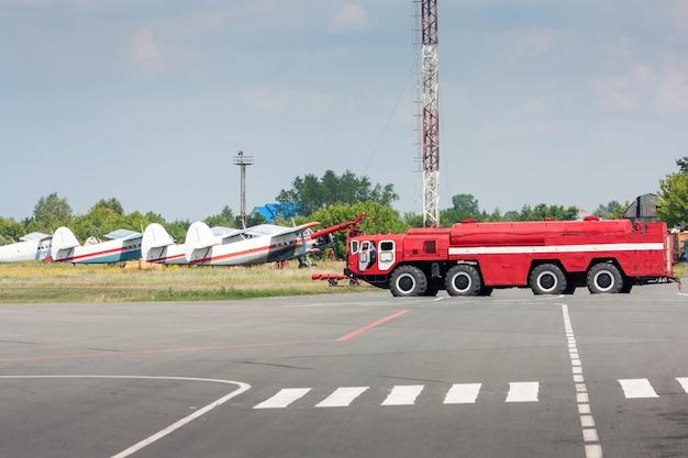 Feuerwehrauto am flughafen
