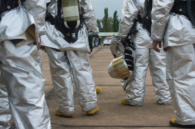 Feuerwehren und notfallteams sind mit psa ausgerüstet, um sie vor gefahren zu schützen