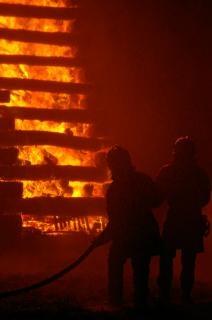 Feuerwehrleute arbeiten, heißen