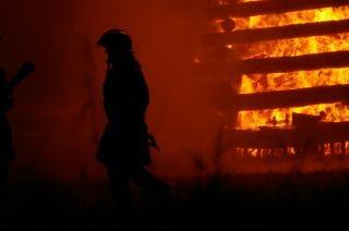 Feuerwehrleute bei der arbeit, helden