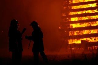 Feuerwehrleute bei der arbeit, warm