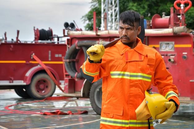 Feuerwehrleute bereiten sich darauf vor, den opfern des feuers zu helfen.