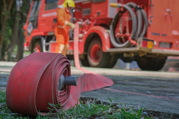 Feuerwehrleute, die für eine notsituation ausbilden