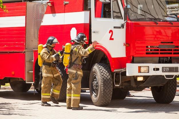 Feuerwehrleute löschen ein feuer in einem wohnhochhaus.