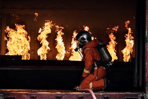 Feuerwehrleute löschten das feuer