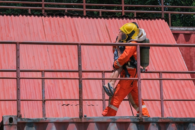 Feuerwehrleute retten kinder bei einem brandunfall vor hohen stellen.