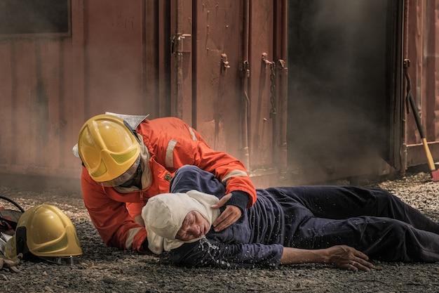 Feuerwehrleute retten leben vor feuer, indem sie cpr machen.