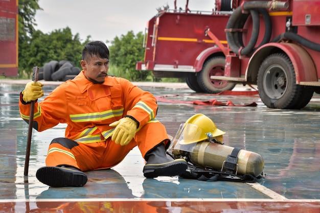 Feuerwehrleute ruhen sich aus, nachdem sie den opfern des feuers geholfen haben.
