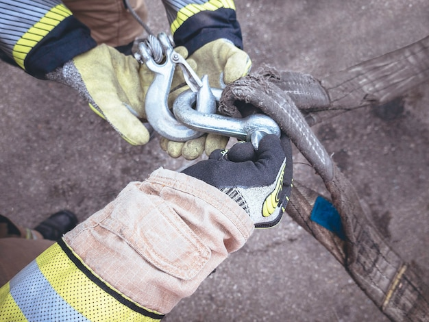 Feuerwehrleute schleudern den haken mit den händen