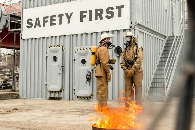 Feuerwehrleute trainieren in teamarbeit, wie man feuer stoppt