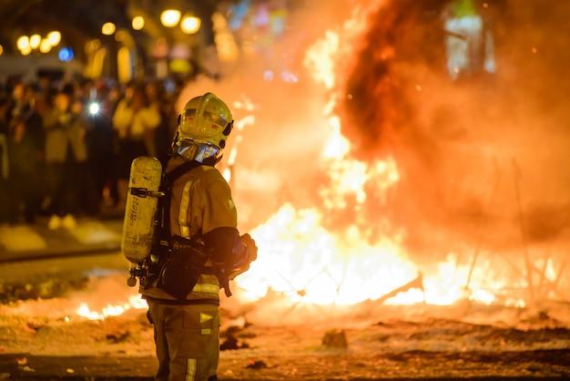 Feuerwehrmänner feuern am traditionellen spanien-festival