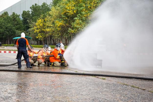 Feuerwehrmänner greifen feuer während einer trainingsübung an.