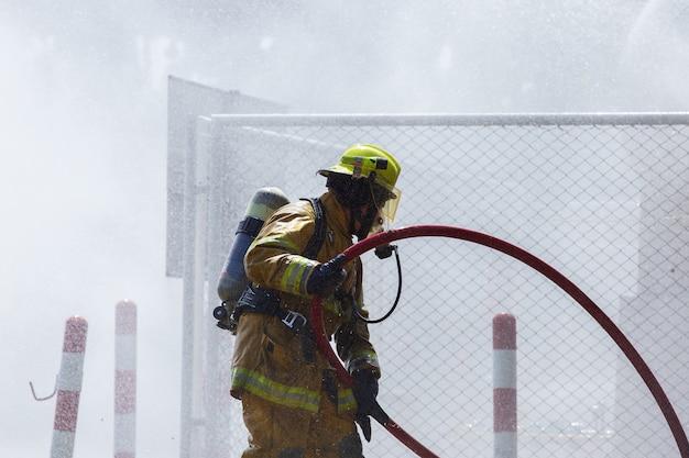 Feuerwehrmann am feuer