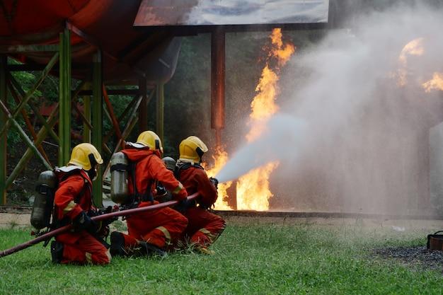 Feuerwehrmann ausbildung feuer notfall in aktion