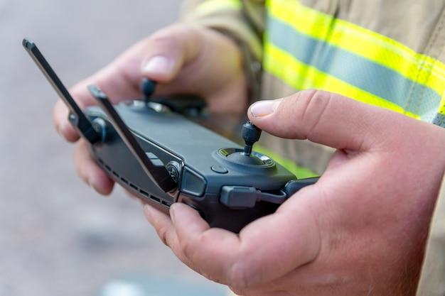 Feuerwehrmann, der drohne bei der suche und rettung betreibt.