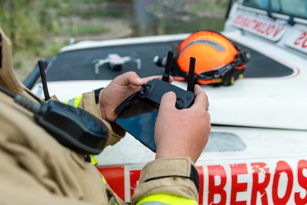 Feuerwehrmann, der drohne vorbereitet, um sie fliegen zu lassen.