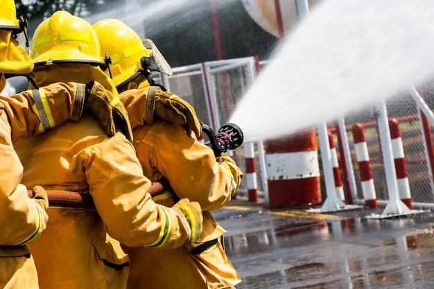 Feuerwehrmann im vollen gang, der draußen steht