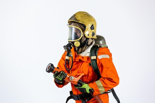 Feuerwehrmann mit axt in handuniform und bauarbeiterhelm, feuerwehrmann mit feuerlöschausrüstung und zubehör auf weißem hintergrund.